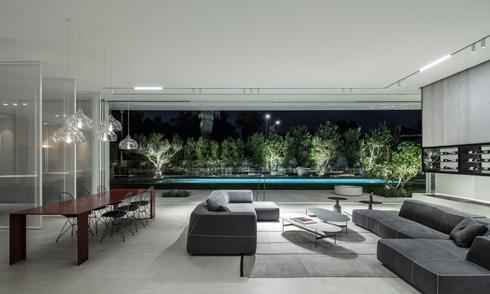 מבט אל הסלון הרשמי והגינה (צילום: עמית גרון)