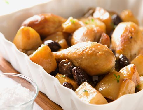 עוף עם זיתים ותפוחי אדמה בסיר אחד (צילום: דני לרנר, סגנון: פסי ברניצקי)