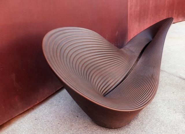 Оригинальная скамья у Музея дизайна в Холоне