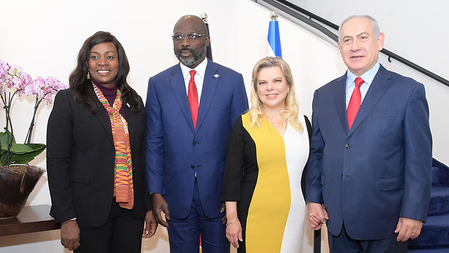 נשיא ליבריה ג'ורג' וואה ורעייתו עם בנימין ושרה נתניהו (צילום: עמוס בן גרשום, לע