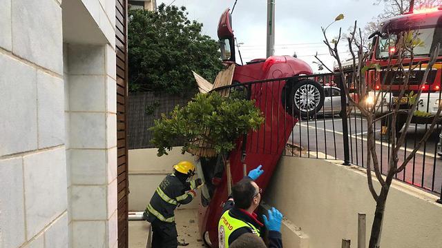 תאונה תאונה דרכים רכב פרטי נכנס בדירת בדירה מרפסת חיפה  (צילום: דוברות המשטרה)