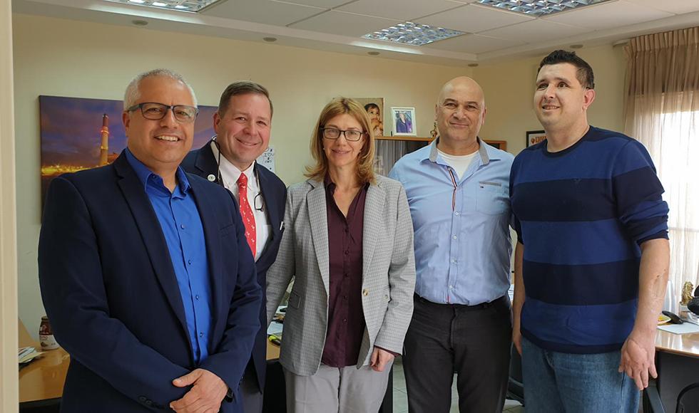 9 רכילות עסקית כריס נילי (רביעי מימין) ואורן הלמן (משמאל) בסיכוי שווה (צילום: יח