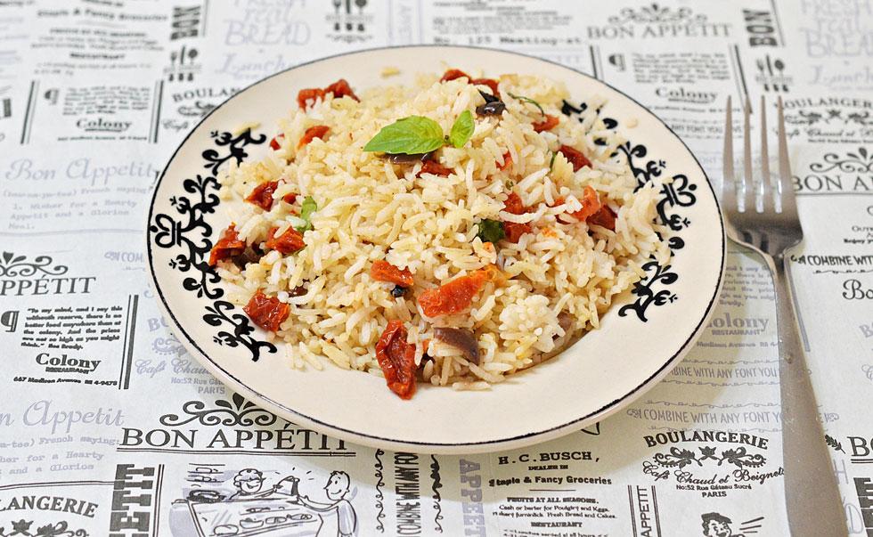אורז עם בזיליקום, עגבניות מיובשות וזיתים (צילום: אפרת סיאצ'י)
