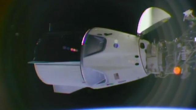 החללית עגנה בתחנת החלל הבינלאומית, מבט מבחוץ (צילום: נאס