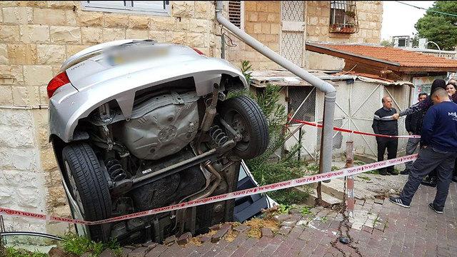 רכב הדרדר ברחוב עבאס בחיפה (צילום: דוברות כבאות והצלה מחוז חוף)