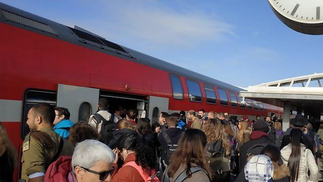 בעקבות עיכוב הרכבות- עומסים בתחנת באר שבע צפון (צילום: דניאל פריידלין )