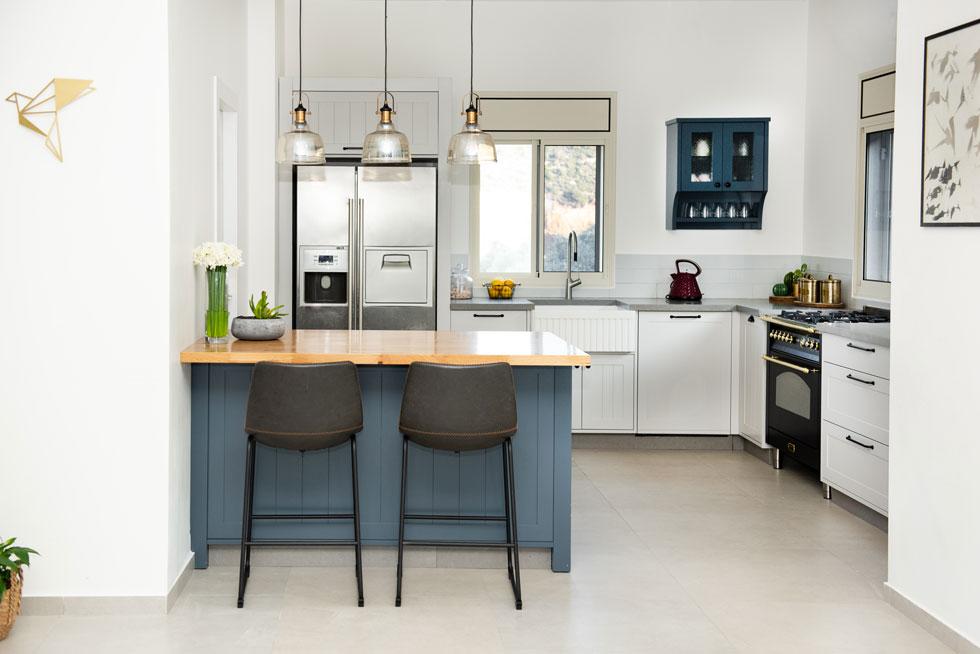 הבית מעוצב בקווים נקיים ועכשוויים, ללא אלמנטים דומיננטיים, לדבריהם, כמו שטיחים אוריינטליים או רהיטים כבדים (צילום: אלונה קרני גלמן)