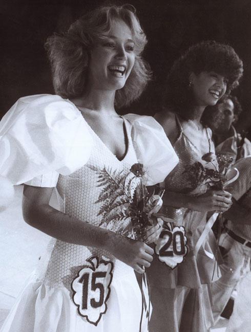 """""""ספיר היתה חברה מאוד-מאוד קרובה ועבדנו המון יחד. היינו באותה תחרות: היא היתה מלכת היופי, אני מלכת החן. המוות שלה קשה לי מאוד"""". טקס מלכת היופי בשנת 1984  (צילום: שאול גולן)"""