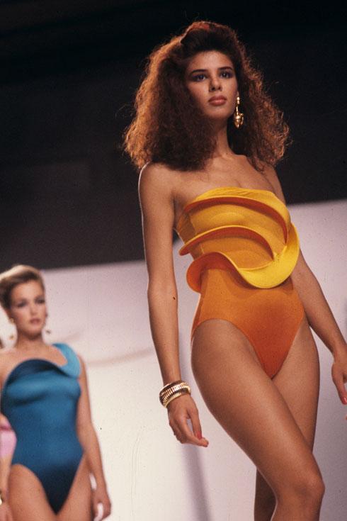 """""""כמה שהתצוגות היו חלטורה, אנחנו היינו סופר מקצועיות"""". בתצוגת בגדי ים ב-1989 (צילום: שלום בר טל)"""