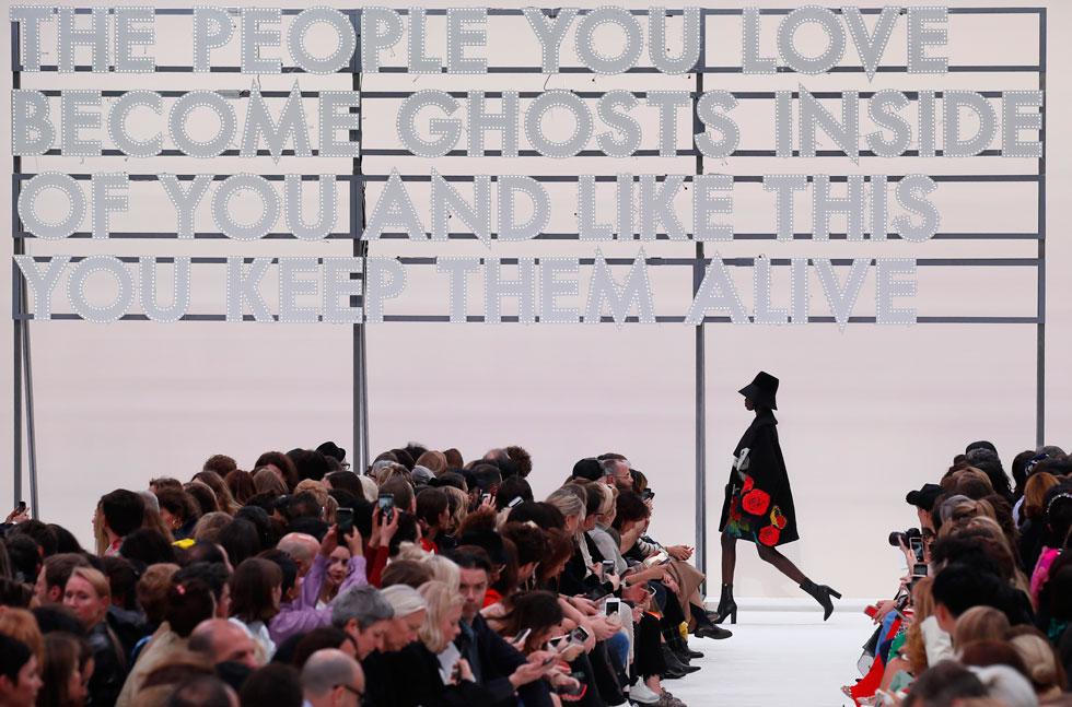 גם בבית האופנה ולנטינו בחרו הפעם ללכת על מסר. על רקע כיתוב בנושא אהבה שנתלה באותיות ניאון על המסלול, צעדו הדוגמניות בבגדים רומנטיים עם הדפסים של דמויות מתנשקות שהופיעו על מעילי טרנץ', שמלות וחולצות  (צילום: AP)