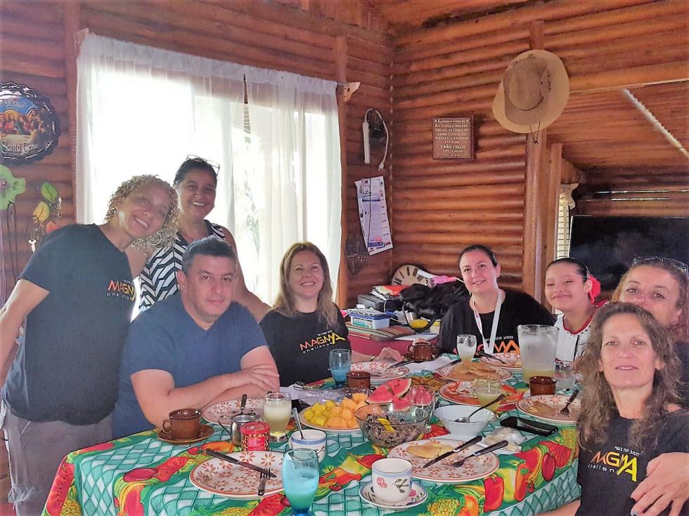 סנדרה ובתה עם משתתפות המסע ושגריר ישראל בקוסטה ריקה.  ()