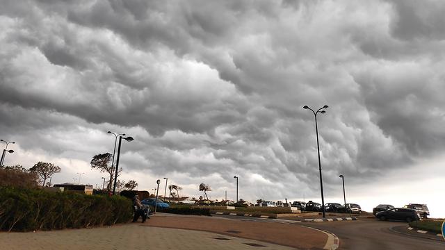 עננים וגשם בנתניה (צילום: טוהר חלפון)