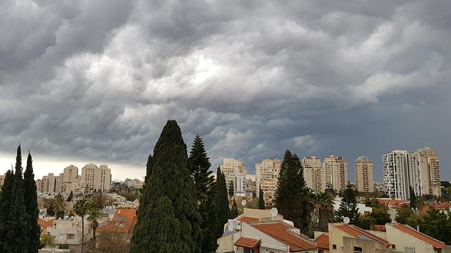 עננים מעל רמת השרון  (צילום: רותי מידן)