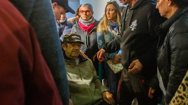 בעלה של דינה פורת בהלווייתה ברישפון שבוטלה ברגע האחרון בעקבות בלבול בארונות (צילום: עידו ארז)