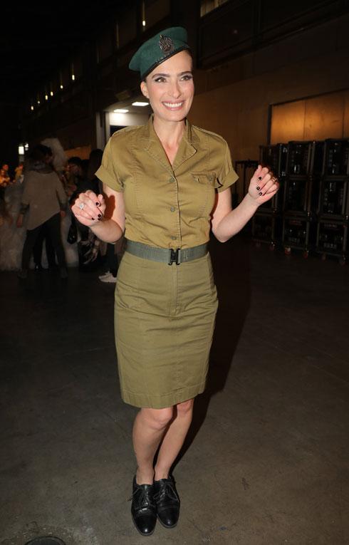 אילנית לוי מדגימה את האופנה הצבאית (צילום: דנה קופל)