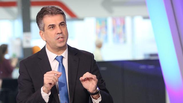 Министр экономики Эли Коэн в студии Ynet. Фото: Ави Муалем