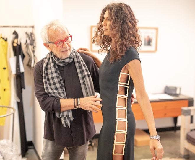 אוברזון והדוגמנית פזית כהן במדידות לקראת תצוגת הפרידה של המעצב (צילום: טל שחר)
