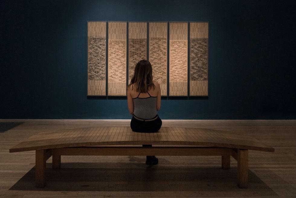 """""""שש תפילות"""", העבודה שיצרה אנני אלברס עבור המוזיאון היהודי בניו יורק ב-1965, במלאת 20 שנה לסיום מלחמת העולם השנייה, הוצגה השנה במוזיאון """"טייט מודרן"""" בלונדון. שישה אריגים מאורכים תלויים זה לצד זה, לזכר שישה מיליון היהודים שנספו בשואה   (צילום: Tate photography© )"""