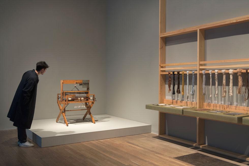 """בתערוכה ב""""טייט מודרן"""" הוצגו בין השאר נול האריגה והחוטים השונים בהם השתמשה ביצירותיה. """"סיבת קיומה של היצירה שלי"""", הסבירה פעם, """"היא לא לשבת עליה, ללבוש אותה או ללכת עליה, אלא לאפשר לה למצוא צורה""""   (צילום: Tate photography© )"""