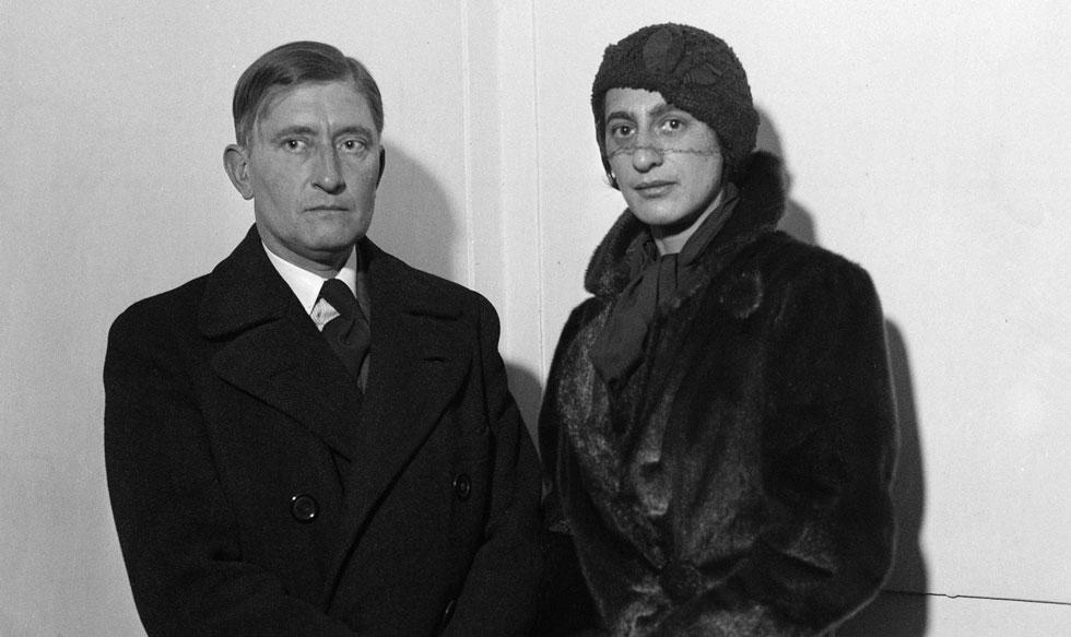 """אנני אלברס ובעלה, האמן יוזף אלברס. הם נישאו כשהיתה בשנת הלימודים השלישית שלה בבאוהוס. ב-1933, עם עליית הנאצים לשלטון וסגירת בית הספר, נמלטו לארה""""ב, שם לימדו בקולג' הנסיוני """"בלאק מאונטיין"""", בצפון קרולינה. אלברס היתה מעצבת הטקסטיל הראשונה שהציגה תערוכה יחיד ב""""מומה"""" בניו יורק   (צילום: AP)"""
