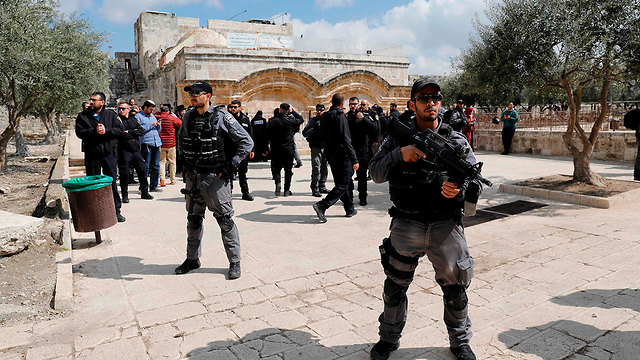 אבטחה של מתפ]ללים יהודים ליד שער הרחמים (צילום: AFP)