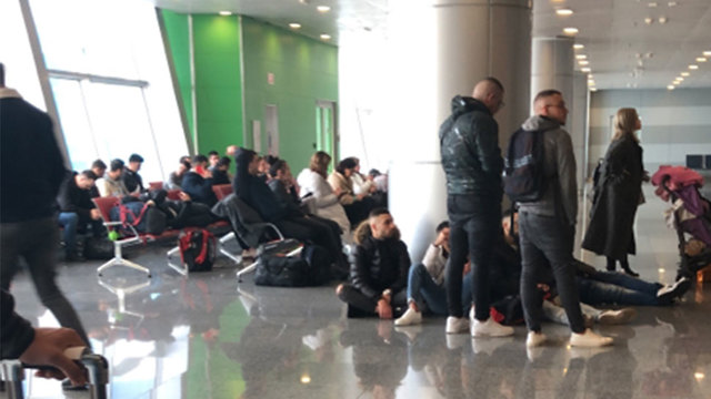 ישראלים ממתינים לאישור כניסה לקייב בשדה התעופה בעיר (צילום: אורן)