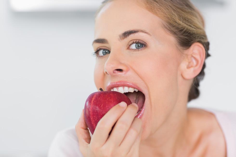 תפוח ביום יכול להרחיק לא רק את הרופא, כפי שאומר המשפט הידוע, אלא גם את רופא השיניים (צילום: Shutterstock)