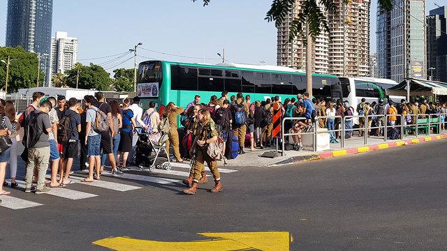 """Очередь на посадку в автобус маршрута № 480. Фото: """"15 дакот"""""""