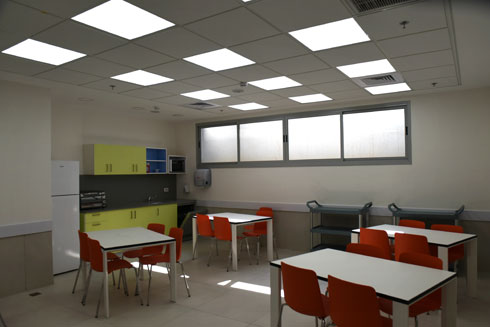 אחד מחדרי האוכל במרכז נגבה (צילום: אבי פז)