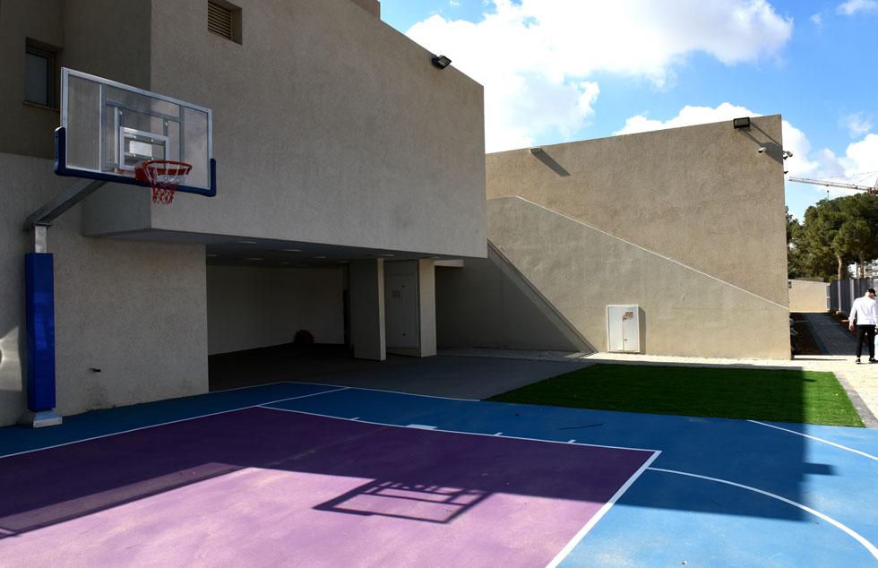 האדריכל יששכרוב: ''הילדים צריכים להיות מוגנים, אז הבניין יעטוף את הילדים בגדר'' (צילום: אבי פז)