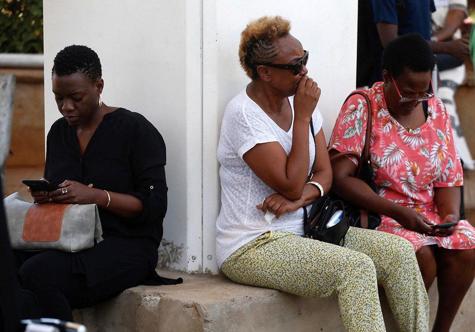 נשים ממתינות לעדכונים בנמל תעופה JKIA בניירובי, קניה (צילום: רויטרס )