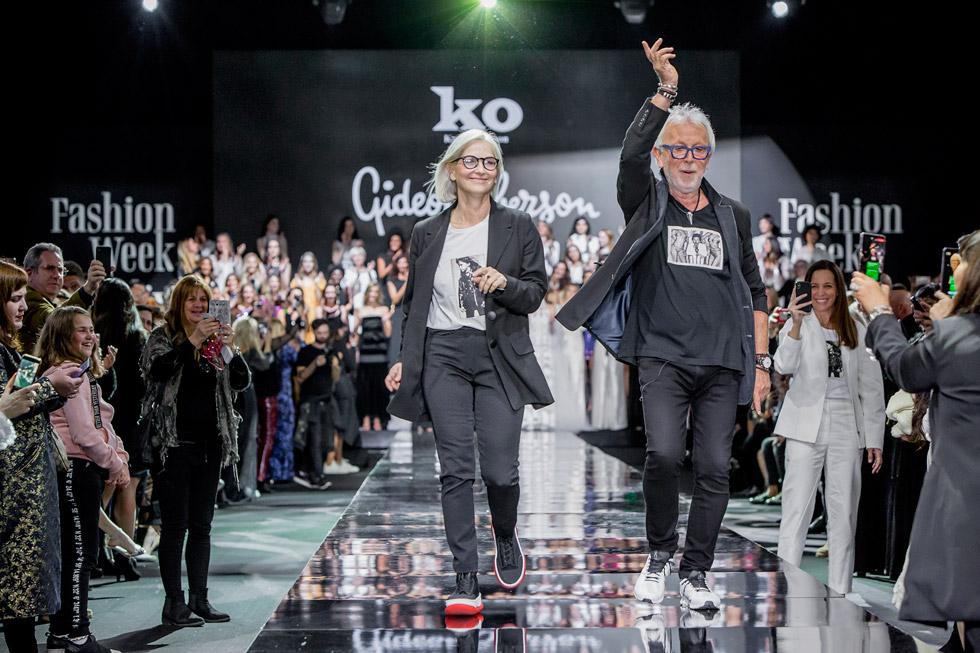 שימו לב להדפסים על חולצות הטי של קארן וגדעון אוברזון: תמונות של שניהם בצעירותם, כשקארן בחרה בתמונה מילדותה. ככה תזכרו אותם: צעירים לנצח  (צילום: ענבל מרמרי)