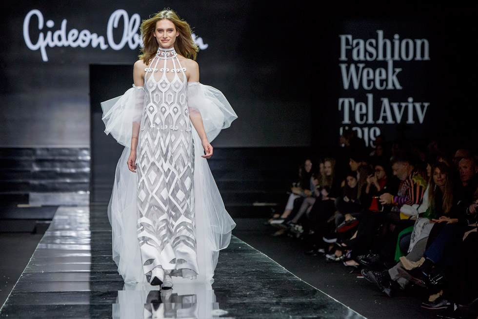 הדוגמנית נעם פרוסט סוגרת את התצוגה בשמלה צחורה (צילום: ענבל מרמרי)