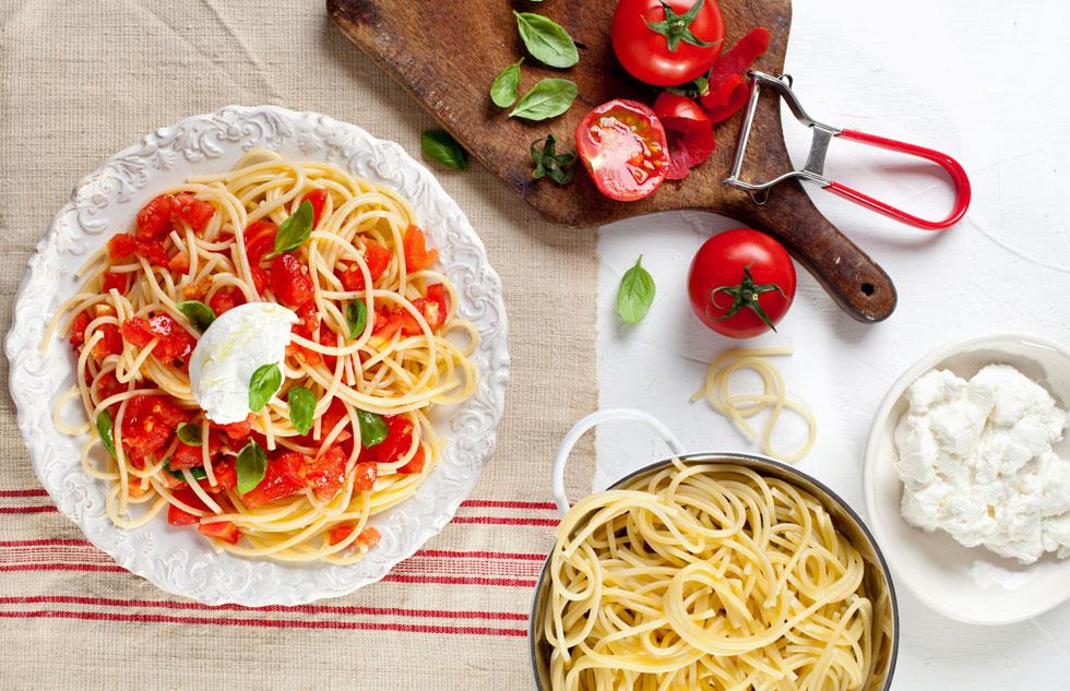 ספגטי עם עגבניות טריות וריקוטה (צילום: בועז לביא, סגנון: נועה קנריק)