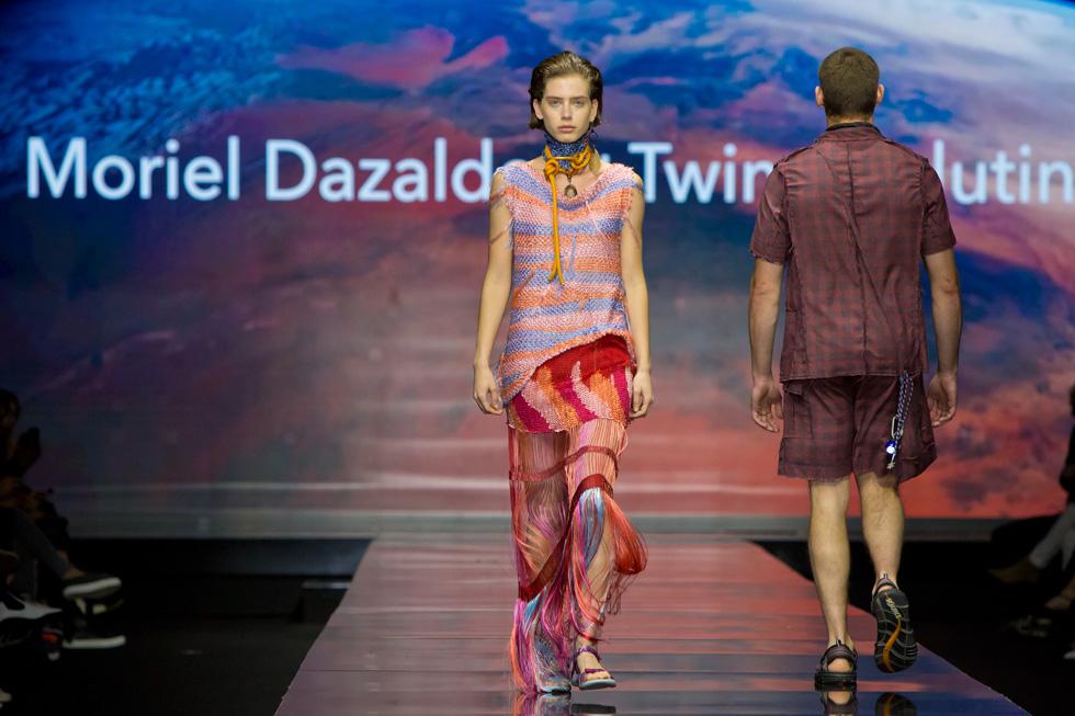 עבודת טקסטיל יפה של מוריאל דזלדטי וטווין פתרונות, שלובשת הדוגמנית שון לוי בתצוגה של שורש בשבוע האופנה בתל אביב (צילום: ענבל מרמרי)
