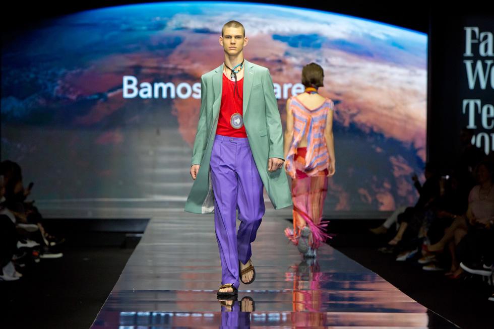 בית האופנה לגברים באמוס סקוור במראה מפתיע, שוודאי מרמז על תצוגת האופנה שלו שתתקיים היום בצהריים: מערכת לבוש פסטלית לגבר, שלבש הדוגמן העולה רוסלן וסילב  (צילום: ענבל מרמרי)