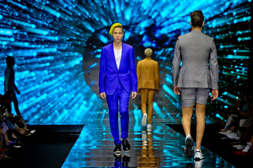 האינסטגרמר הצעיר אור גל נצץ על המסלול עם שיער בצבע ניאון, שהיה ניגוד מתבקש לחליפת המכנסיים הכחולה והאלגנטית שלבש  (צילום: ענבל מרמרי)