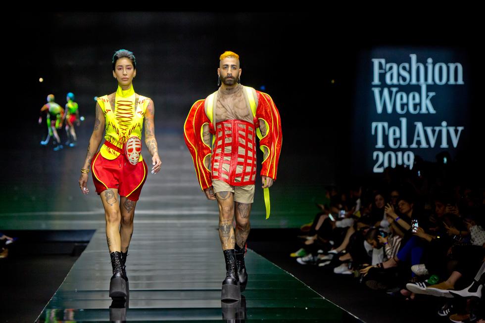 מעצבת האופנה הטרנסג'נדרית ג'ניפר קים והסטודנט חנא אבו חמאם במראה תואם בעיצוב נוי מוניס (צילום: ענבל מרמרי)