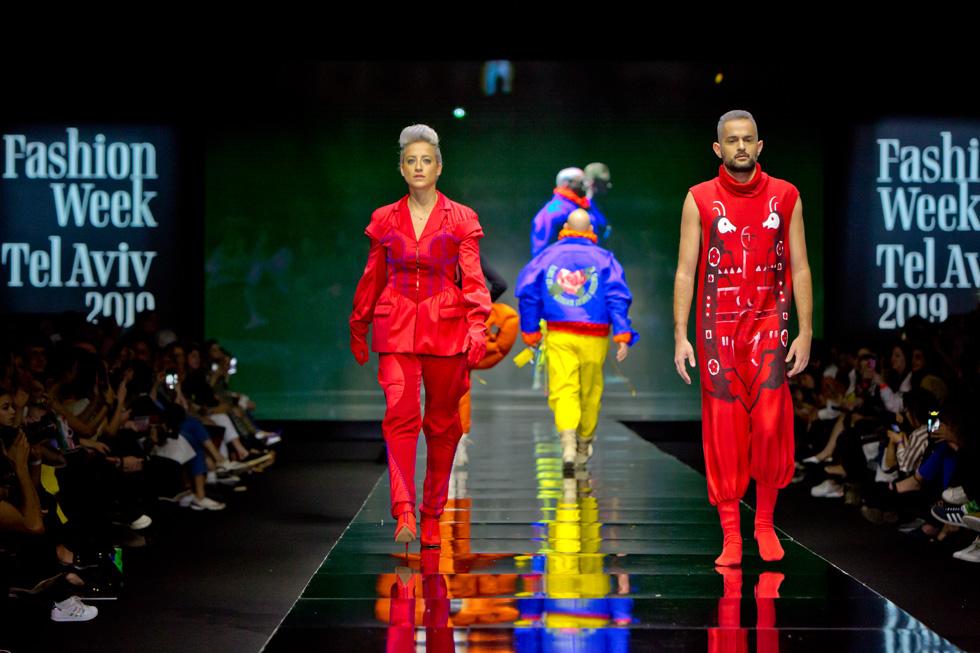 היזם ומפיק האופנה משה אברמוב ומפיקת האירועים נטעלי וולינסקי באדום אש, בעיצובם של עילי פירלאס ושנהב יעיש (צילום: ענבל מרמרי)