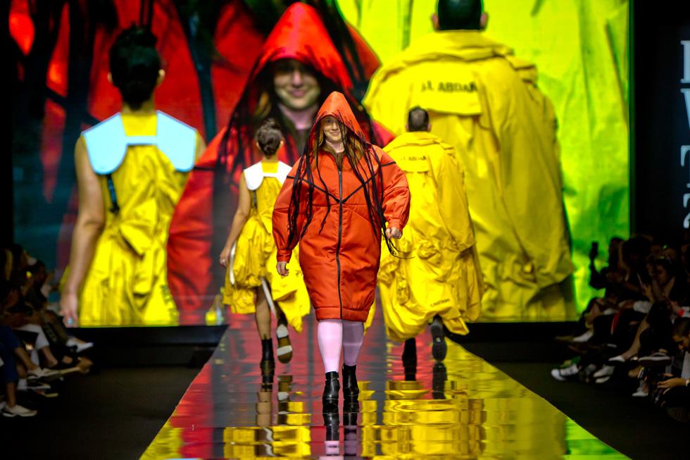 """דלית רצ'סטר, DJ ושדרנית גלגל""""צ, הסתתרה מאחורי קפוצ'ון בעיצובה של תמרה גולן  (צילום: ענבל מרמרי)"""