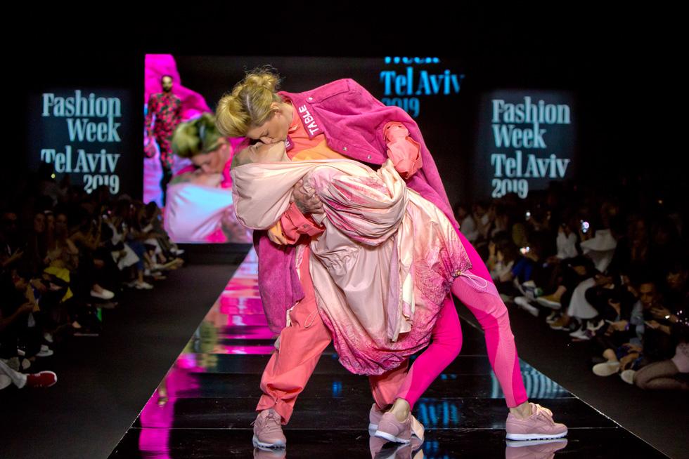 """השפית מיה פרר והמוזיקאית קמילה בנשיקה אחת גדולה מול גלי הלהט""""בופוביה, לבושות חן ברכה ונטע איטח (צילום: ענבל מרמרי)"""