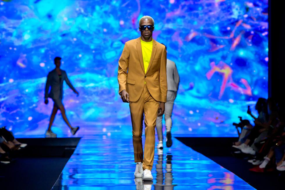 בין נקודות החוזק של התצוגה היה הסטיילינג שיצרו מעצבי המותג אורית בכר וקובי אלמקייס, כמו החיבור הנפלא בין חולצת ניאון צהובה לחליפה בצבע חום והסנדלים השקופים שנעלו הדוגמנים  (צילום: ענבל מרמרי)