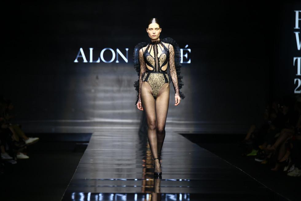 רומנטיות אפלה שהורכבה מבגד גוף מעוטר בסלסולי בד (צילום: אלון פרס)