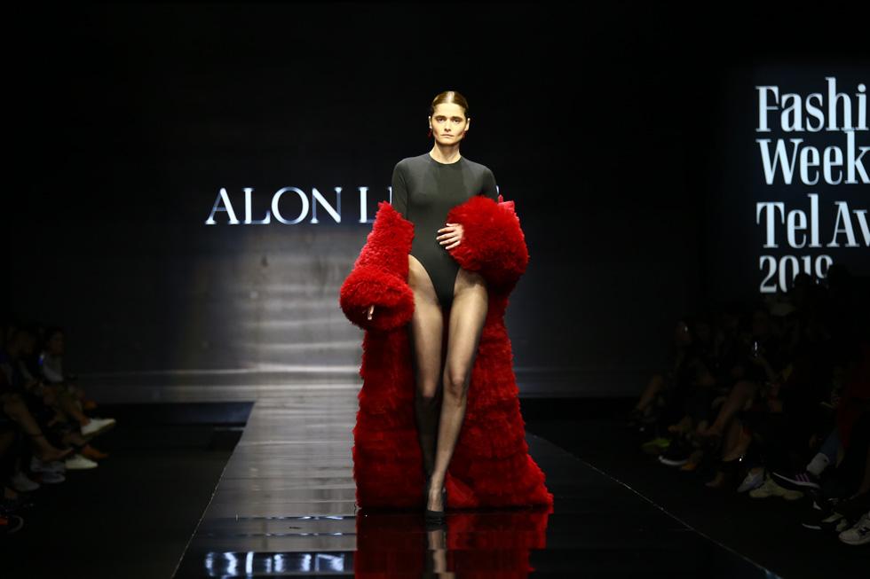 הדוגמנית אניה מרטירוסוב, מהמוזות העל-זמניות של ליבנה, במראה מרהיב שכלל בגד גוף שחור וגלימה אדומה ופרוותית (צילום: אלון פרס)