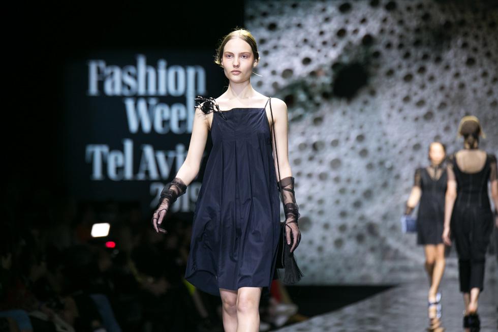 """שמלת סרפן בכחול עמוק הציגה את קו התפר שעמד במרכז ההשראה הייקית של המעצבת: """"בגדים המיוצרים בתל אביב, המיועדים לסגנון חיים של אנשים שבמהלך יומם עמלים, ובערב נושמים, נהנים מלילות קיץ קסומים"""" (צילום: אלון פרס)"""