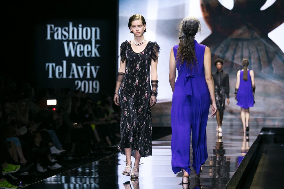 """הדוגמנית שון לוי בשמלת פרחים צבעונית עם שרוולי תחרה שחורים, מבליטה את רצונה של המעצבת """"להשיב מעט מן העדינות הייקית, מתוך ההבנה שאותו הלך רוח 'מיושן' הוא למעשה אולטרה מודרני ונחשק"""" (צילום: אלון פרס)"""
