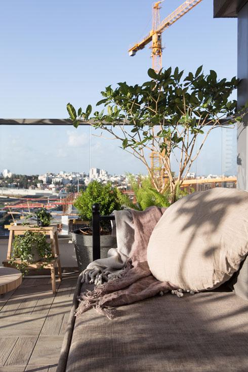 ספת מרבץ רכה במרפסת (צילום: שירן כרמל)