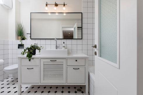 חדר הרחצה המרכזי, גם הוא בשחור-לבן (צילום: שירן כרמל)