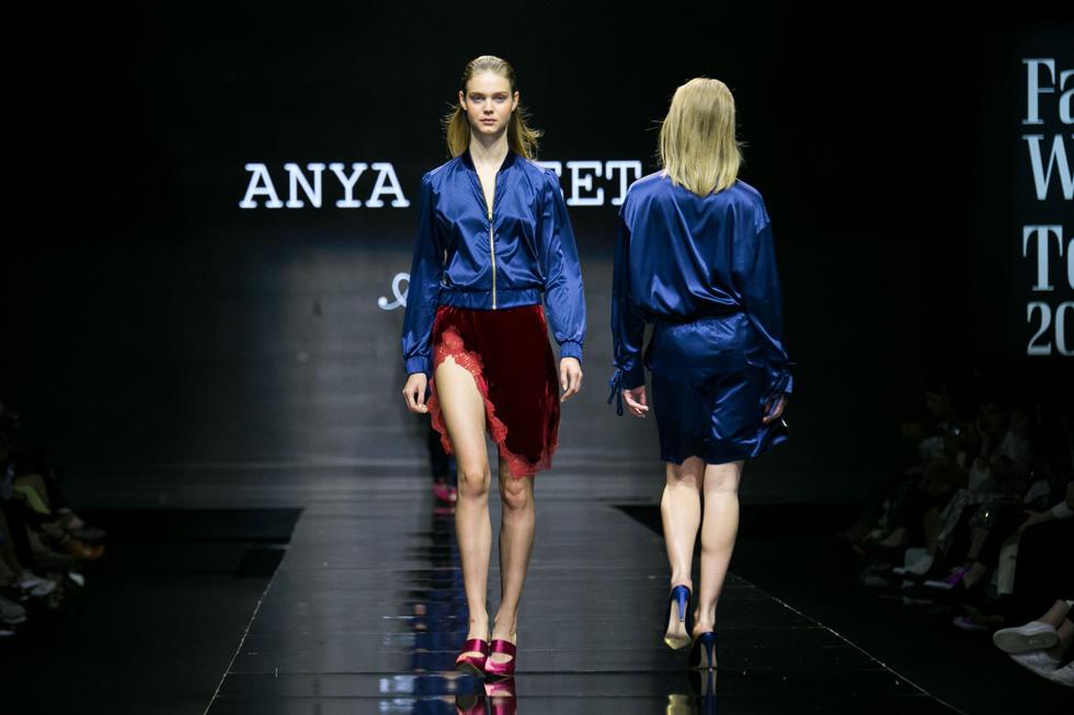 סקסיות ספורטיבית שהורכבה מז'קט משי כחול בגזרת בומבר וחצאית קטיפה אדומה עם שסע עמוק מעוטר בפס תחרה (צילום: אלון פרס)