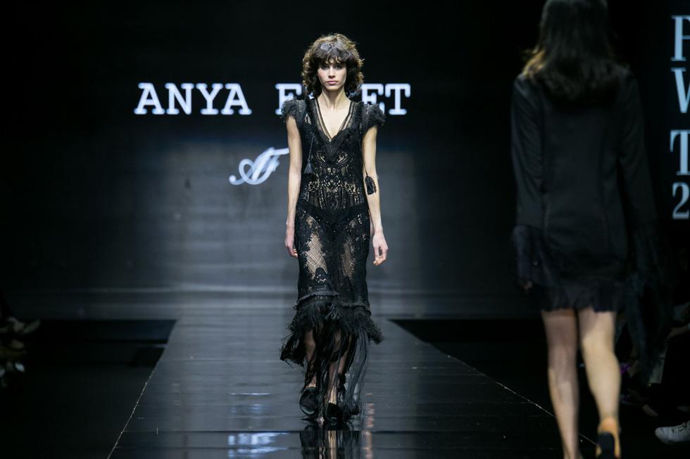 הדוגמנית ארבל קינן מציגה מראה דרמטי לבושה שמלת תחרה שחורה, מהיפות שהוצגו על המסלול (צילום: אלון פרס)